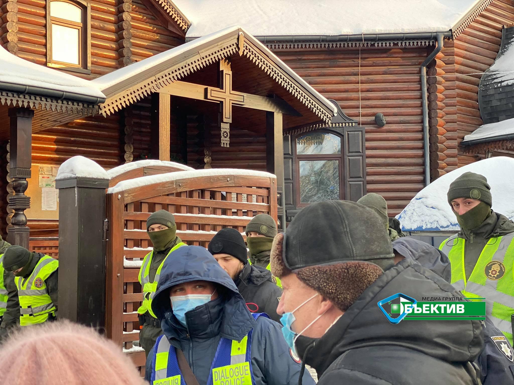 В Саржином Яру полицейские не пускают верующих в храм (видео, фото)
