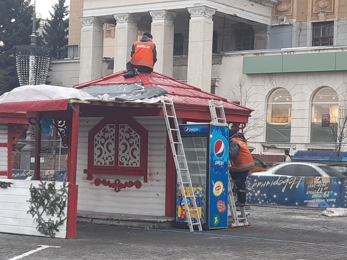 На площади Свободы в Харькове разбирают ярмарочные павильоны (видео, фото)