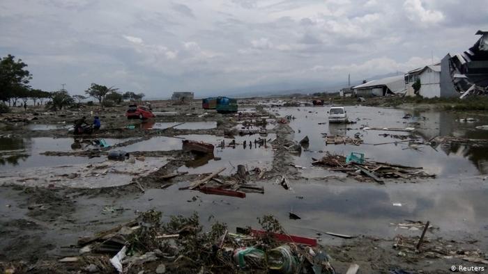 Крушение авиалайнера в Индонезии: на борту находились находилось 62 человека, среди них – 10 детей