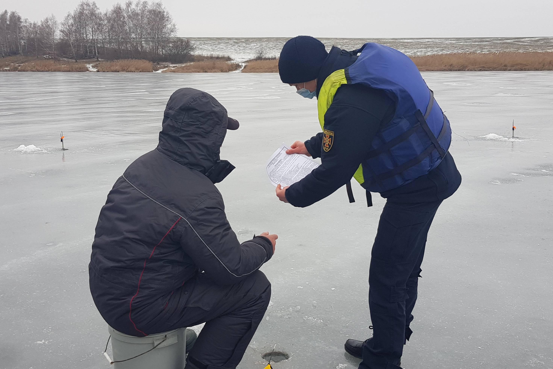 Спасатели нашли рыбаков, потерявшихся на льду Печенежского водохранилища