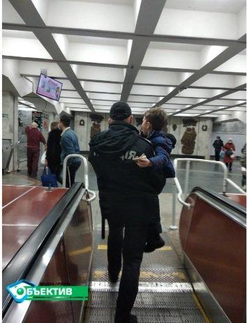 """На """"Пушкинской"""" рука ребенка застряла в эскалаторе (обновлено)"""