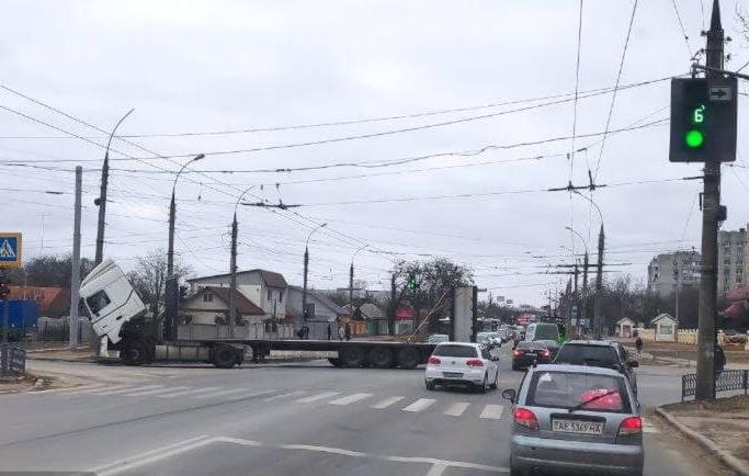 В Харькове на перекрестке развалился грузовик