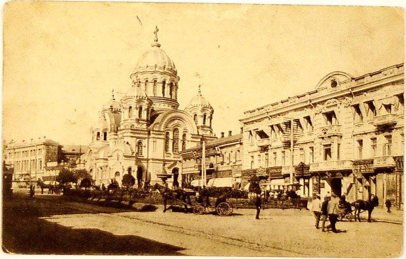 Здание Петербургского (с 1915 года Петроградского) международного коммерческого банка слева от Николаевского храма
