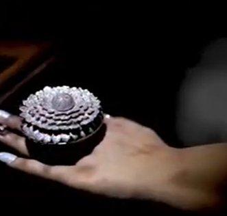 В Индии ювелиры изготовили уникальное кольцо-цветок — в нем более 12,5 тыс. бриллиантов (видео)