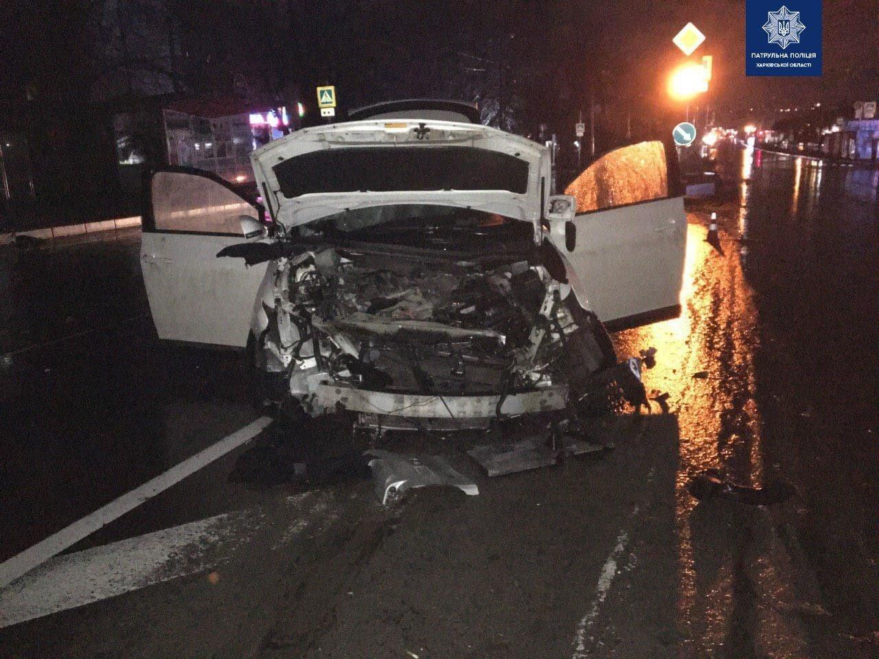 В рождественский вечер на Салтовке водитель Lexus'а не заметил островка безопасности (фото)