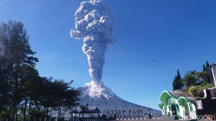 "На острове Ява ""проснулся"" вулкан Мерапи (видео)"