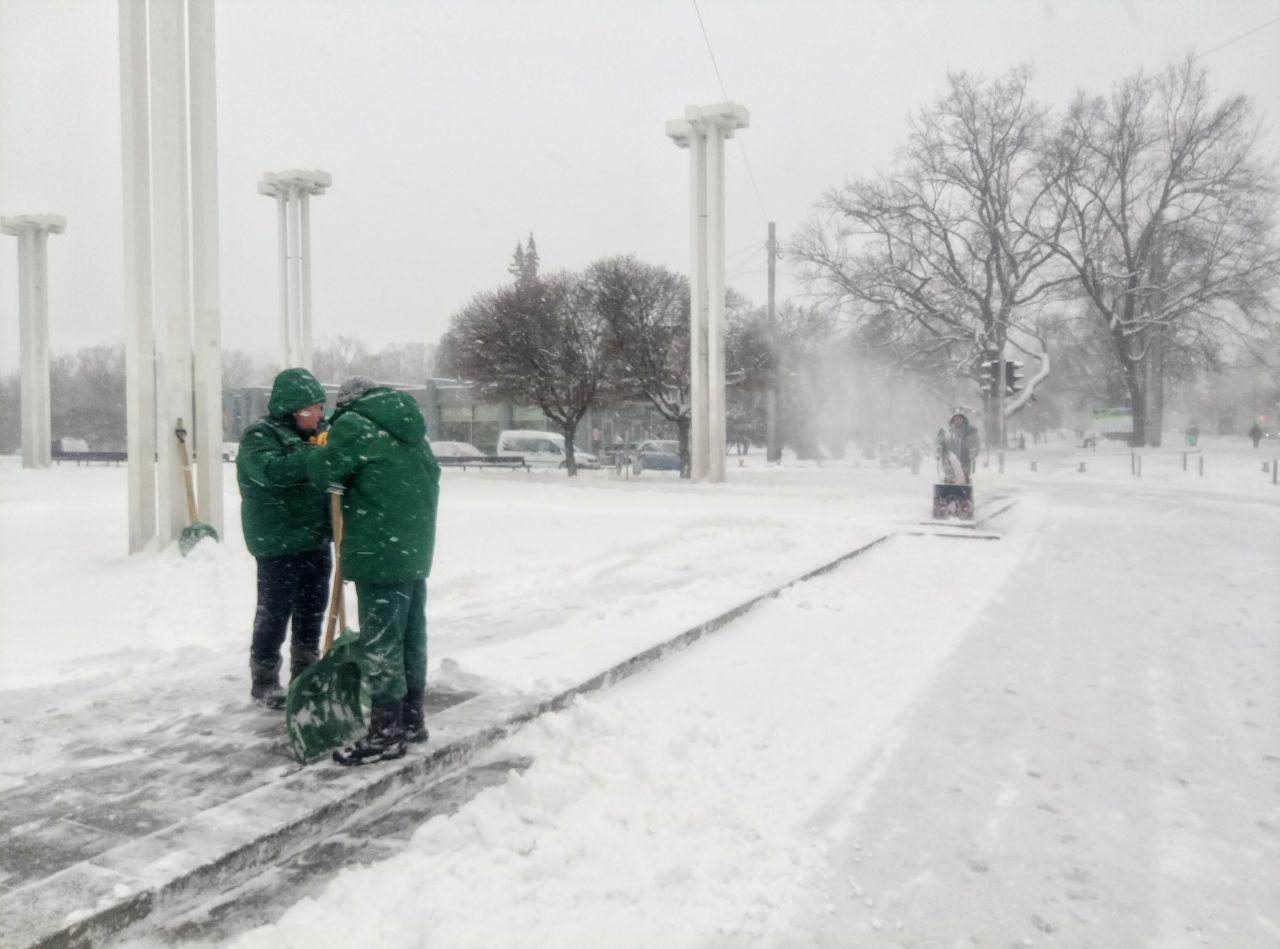 Как убирают от снега центр Харькова (фото, видео)