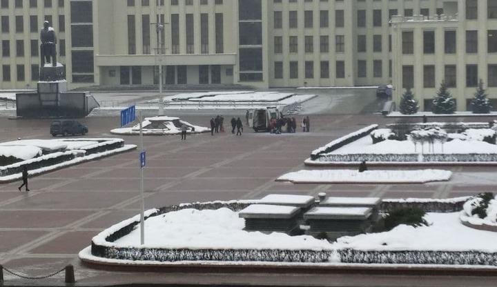 В Минске молодой мужчина совершил самоподжог прямо у Дома правительства (видео)