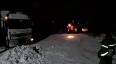 В Харькове спасатели вытащили грузовик из снежной ловушки (фото)
