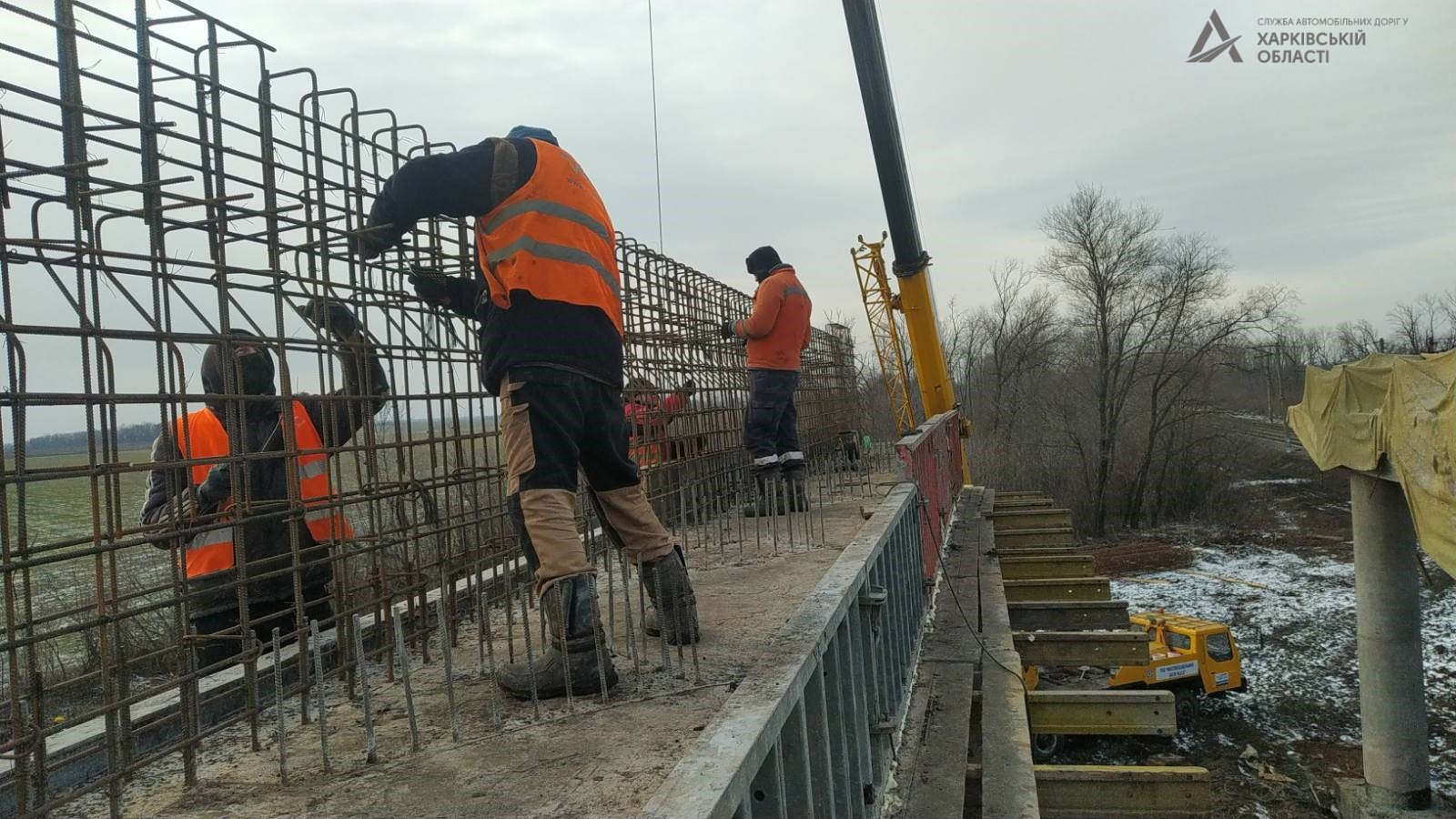 На Харьковщине продолжают строить мост (фото)