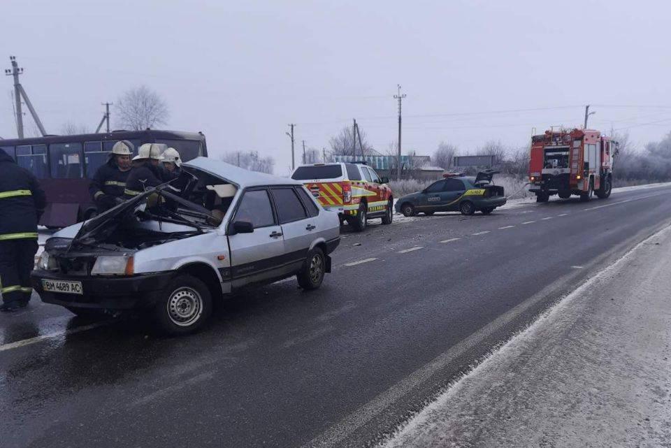 На Харьковщине пассажирский автобус столкнулся с легковушкой: погибли два человека (фото)
