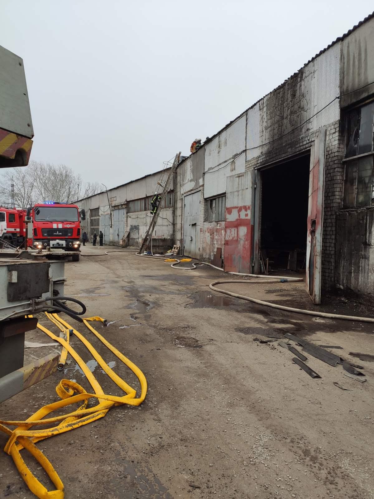 В Харькове горело здание и оборудование промышленного предприятия (фото)
