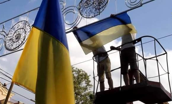 На Сумской улице заменят украинские флаги (фото)