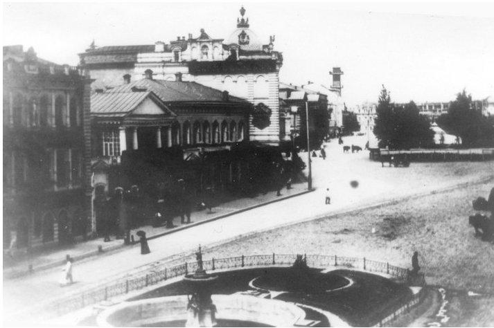 На фотографии конца XIX века слева здание городской думы, дом с куполом – Гладкова