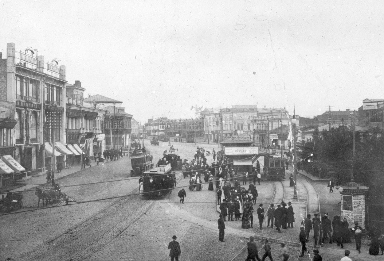 Павловская площадь со всеми видами общественного транспорта того времени: конкой, трамваем и автобусом