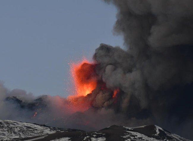 На Сицилии извергается Этна (фото, видео)