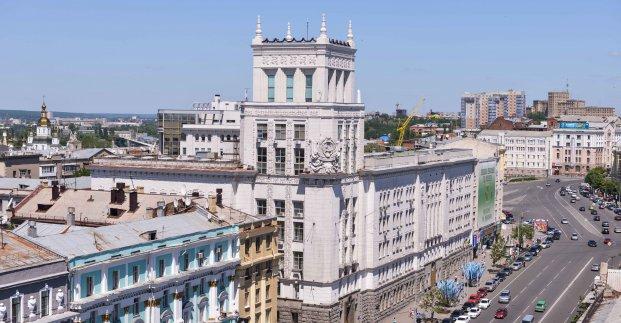 Перед зданием Харьковского горсовета подрались представители радикальных группировок (видео)