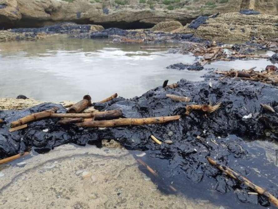 В Израиле экологическая катастрофа — разлив нефтепродуктов в прибрежной полосе