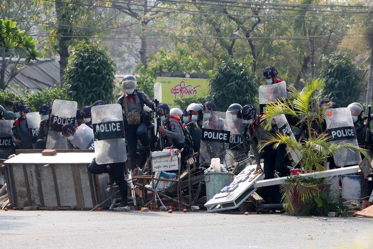 Столкновения в Мьянме: полиция разогнала протестующих, есть погибшие (видео)
