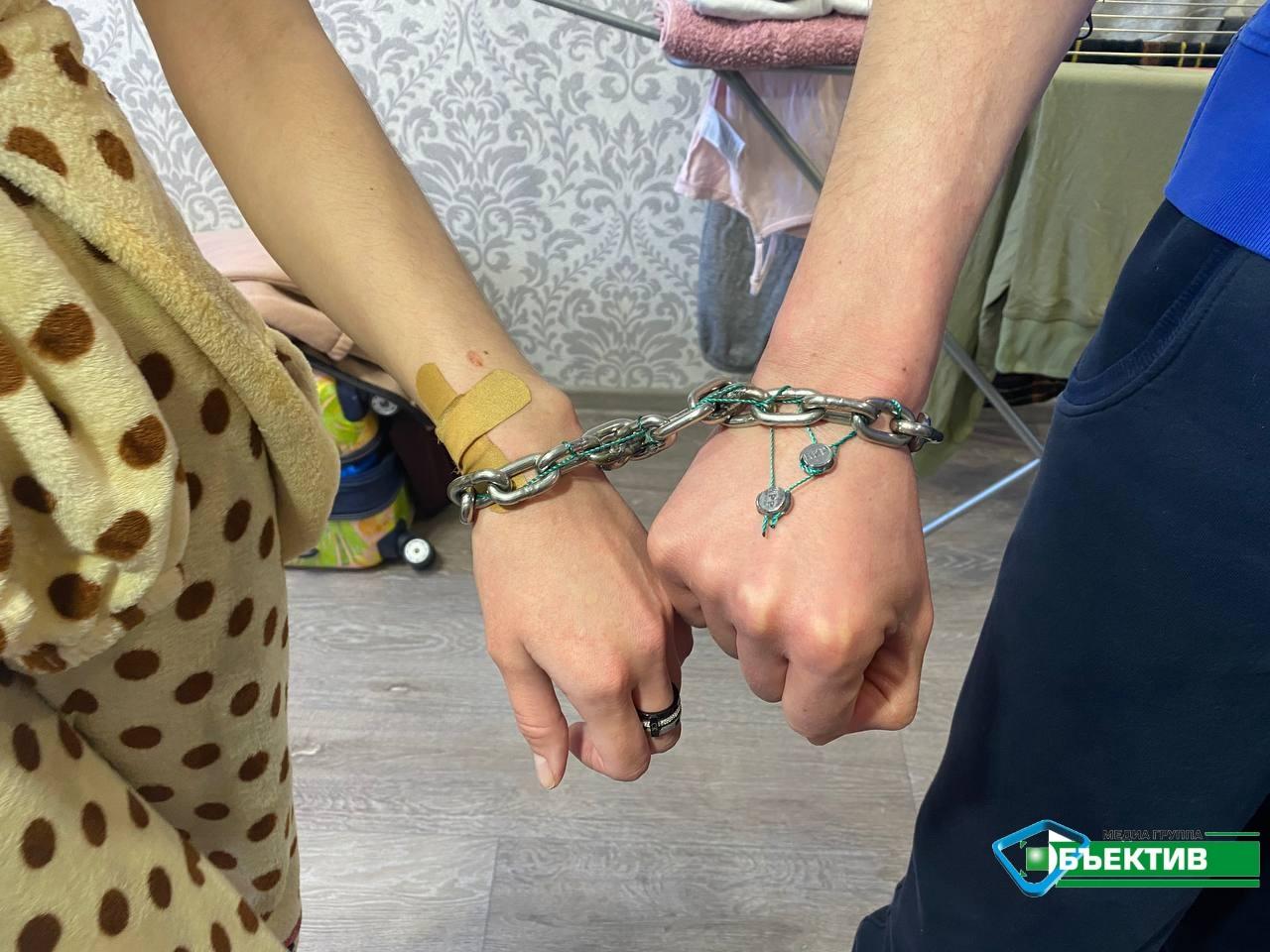Скованные цепью влюбленные из Харькова рассказали, как переодеваются, водят авто и ходят в туалет (фото, видео)