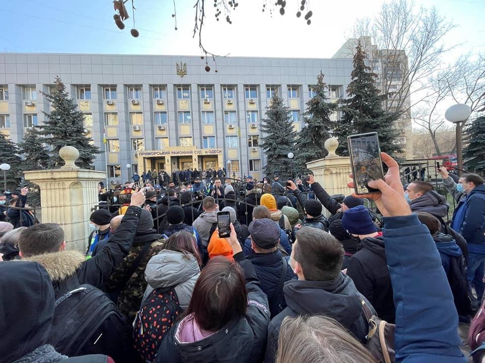 Активиста Стерненко, осужденного на 7 лет, вывезли из здания суда под выкрики толпы (видео)