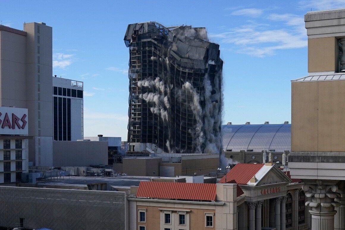 В США взорвали отель с казино, который раньше принадлежал Трампу — Trump Plaza (видео)