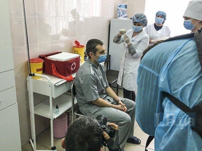 В Черкассах сделали первую прививку от коронавируса в Украине