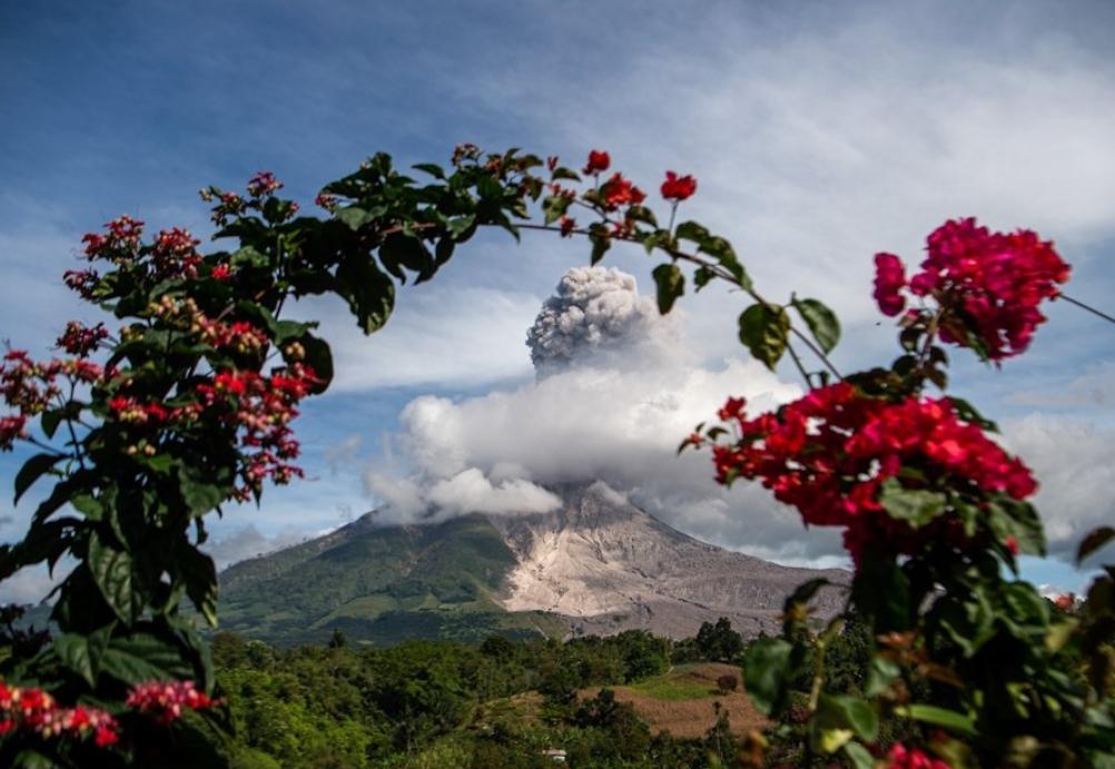 В Индонезии проснулся вулкан Синабунг (фото)