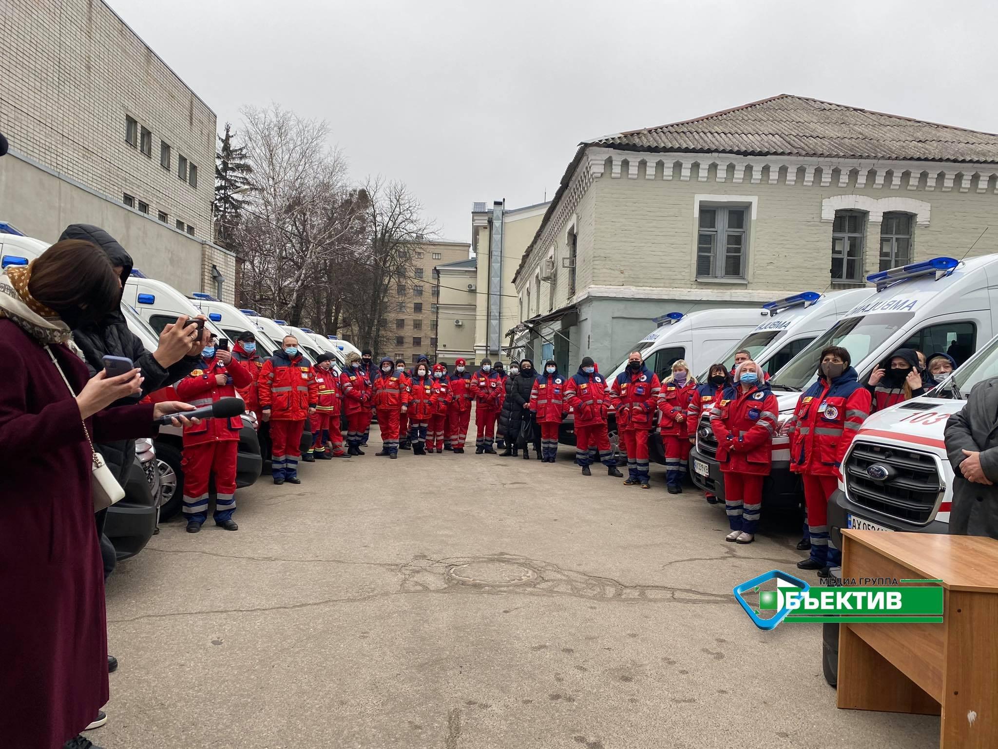 """Бригадам харьковской """"скорой"""" передали новые автомобили с аппаратами ИВЛ (видео, фото)"""