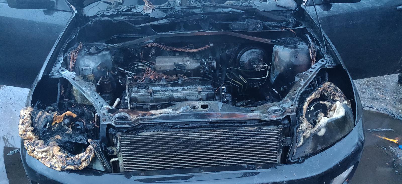 На Харьковщине во время движения сгорел автомобиль (фото)