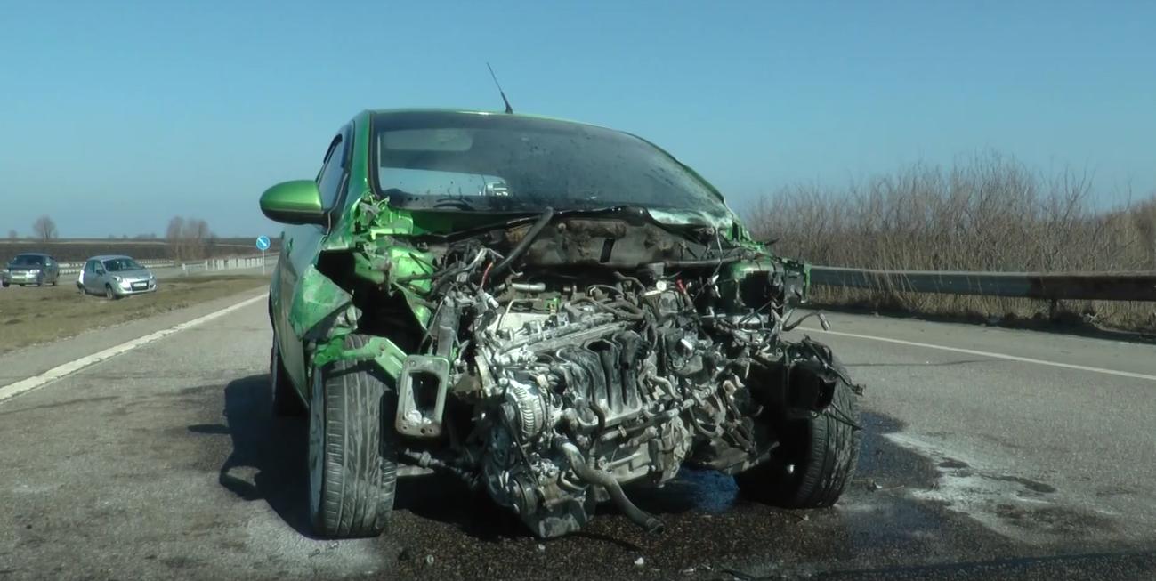 Троща на трасі Харків-Дніпро: автовіз з битими машинами протаранив легковик (відео)
