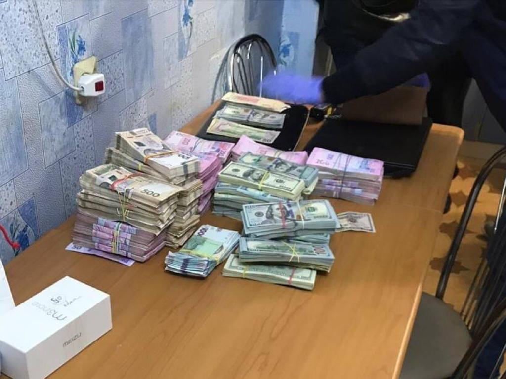 На Харьковщине поселкового голову подозревают в присвоении сотни тысяч долларов (фото)