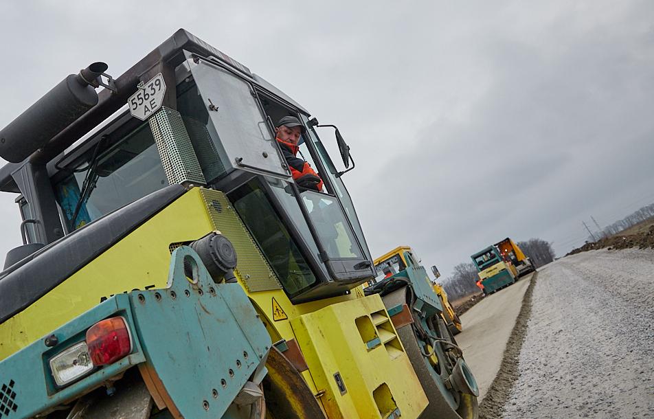 Продолжается ремонт дороги в Песочине (фото)