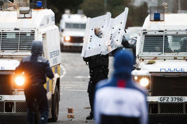 В Северной Ирландии уже шестую ночь продолжаются беспорядки: травмированы десятки полицейских