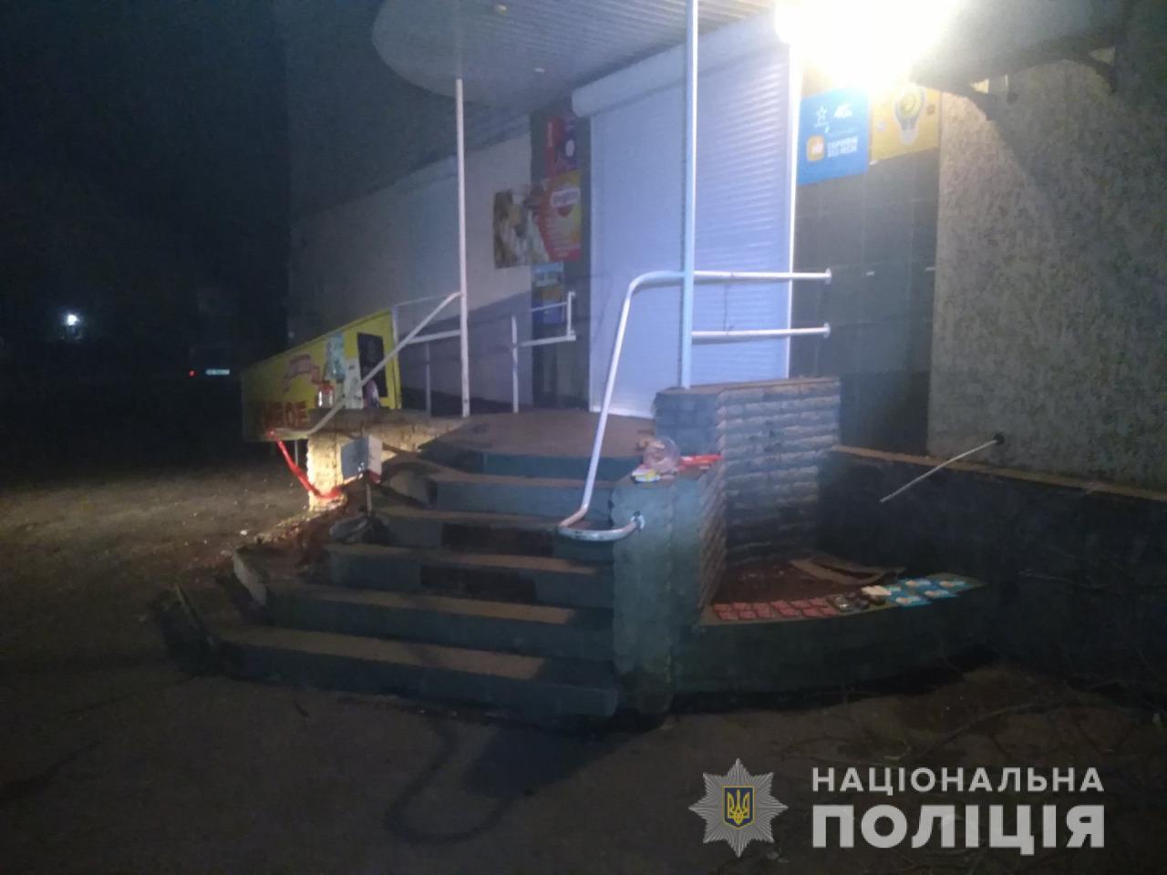 На Харьковщине три подростка украли из магазина алкоголь и карточки для пополнения счета (фото)