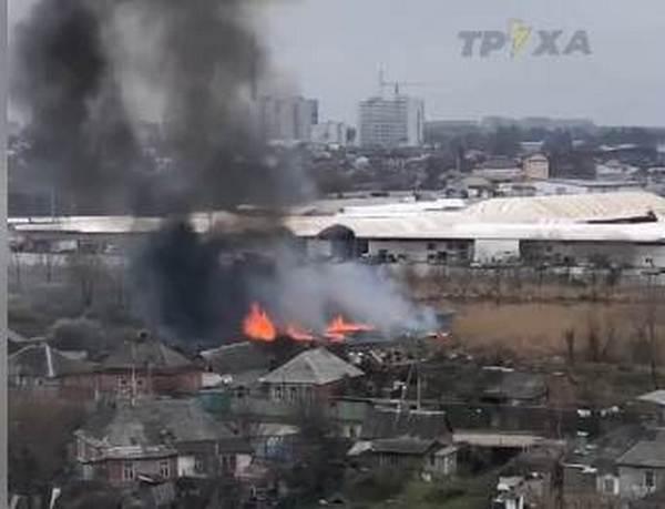 На улице Муромской горит более ста квадратных метров камыша (видео)