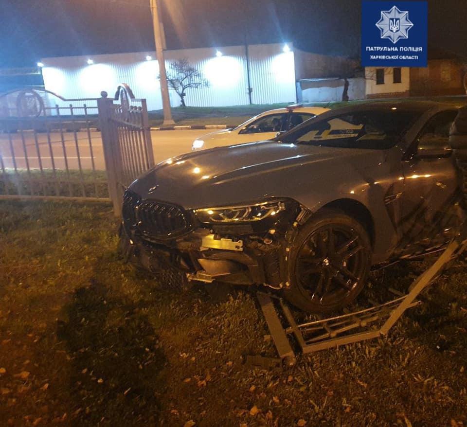 В Харькове BMW врезался в дорожное ограждение (фото)