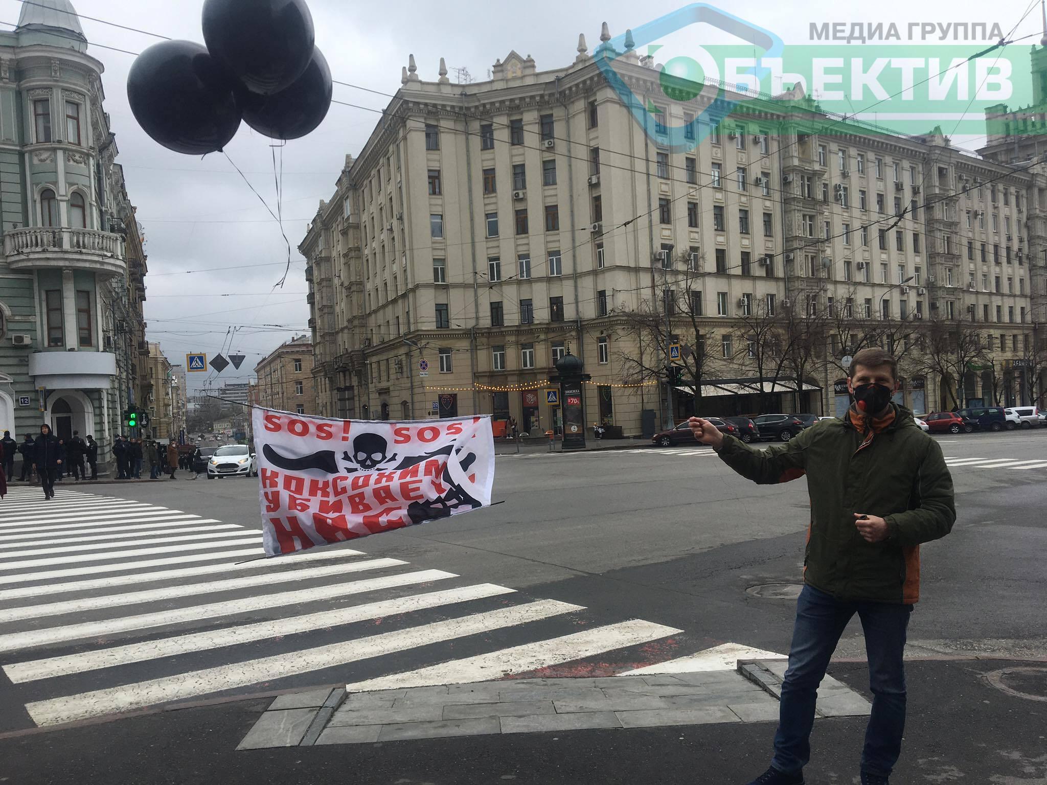 Под Харьковским горсоветом – одинокий пикетчик с черными воздушными шариками (фото)