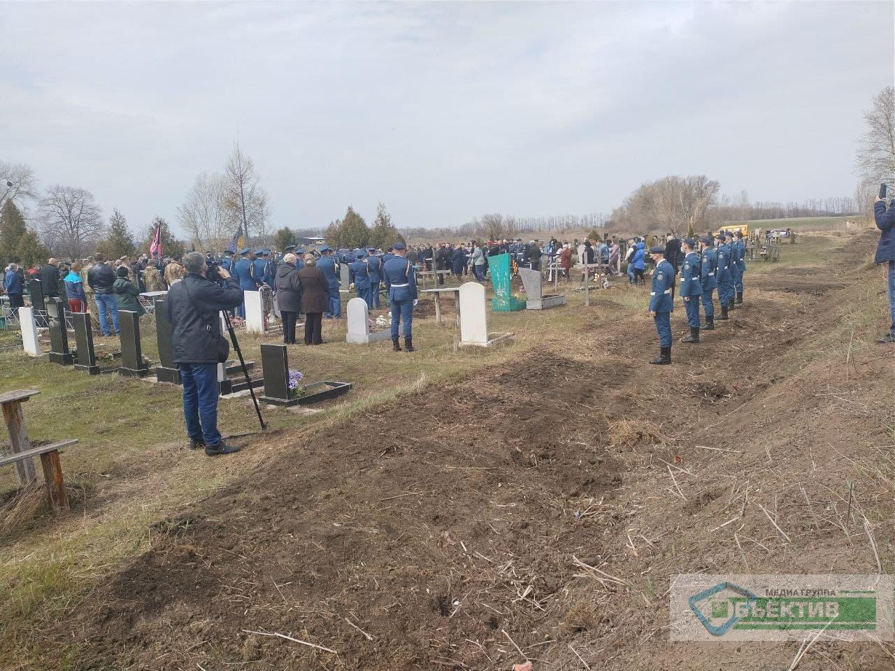 Под Харьковом похоронили бойца 92-й ОМБр, погибшего на Донбассе (фото, видео)