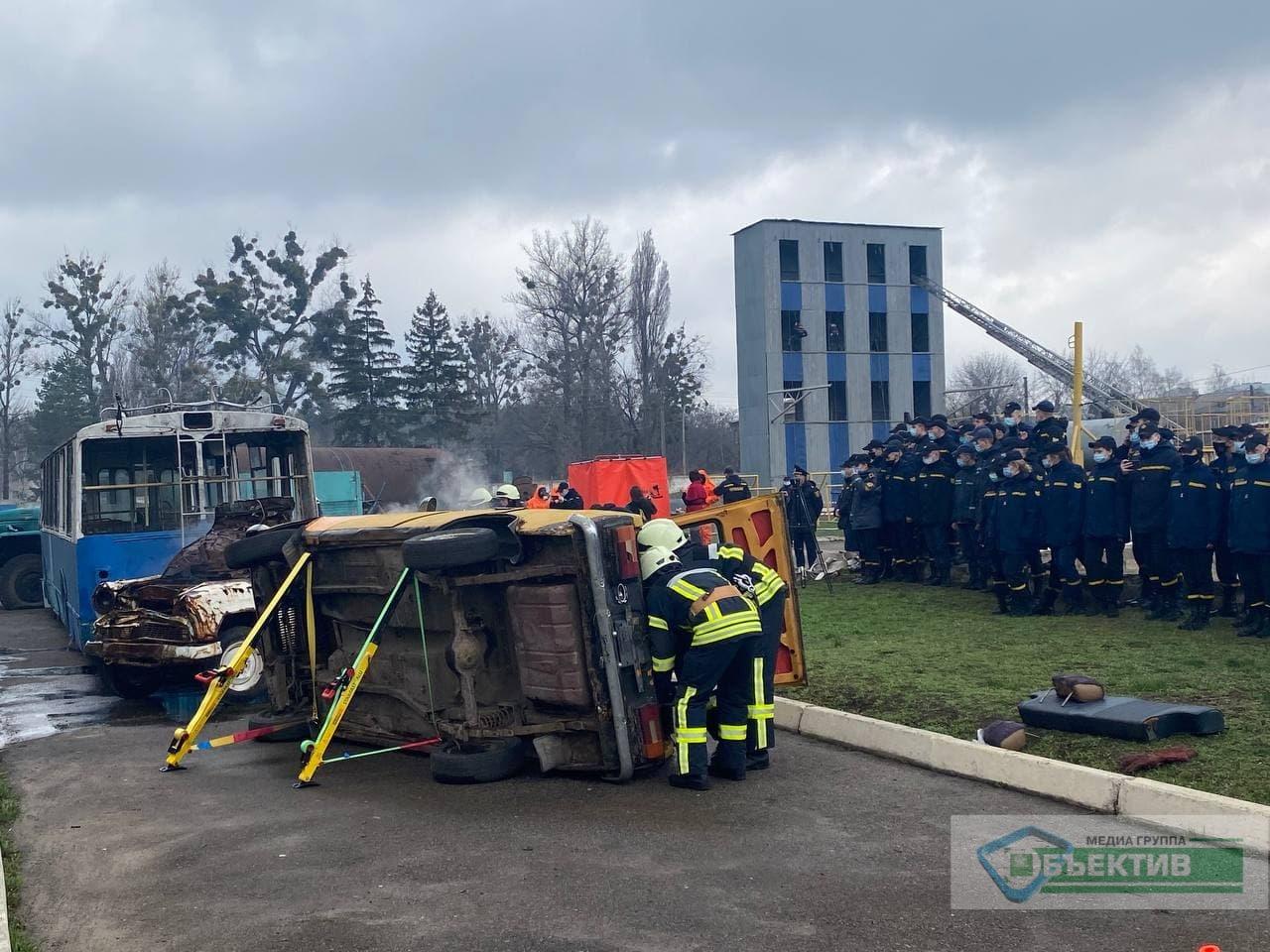 В Харькове тушат самолет АН-26 и ликвидируют последствия химической аварии (фото, видео)