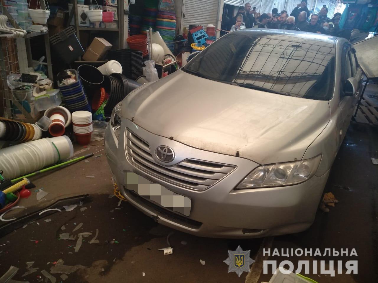 Пьяный харьковчанин въехал в торговый павильон : пострадали два человека (фото)