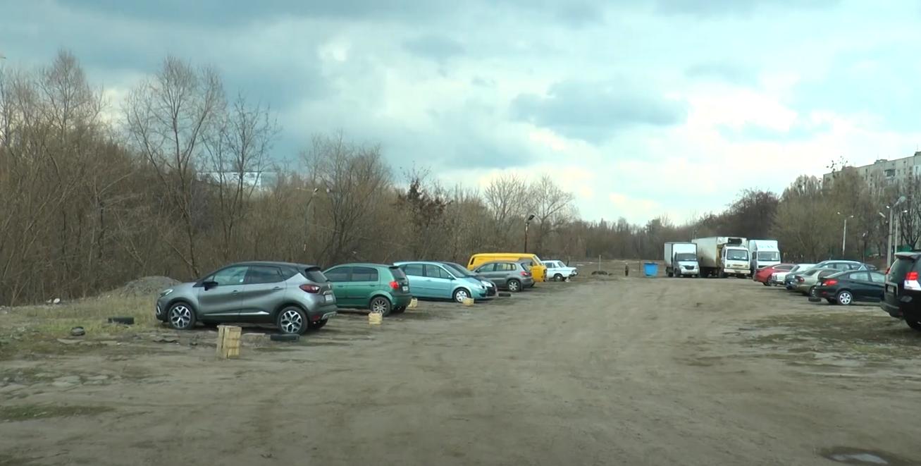 На Салтівці прокуратура викрила незаконну стоянку, яка працює вже 20 років (відео)