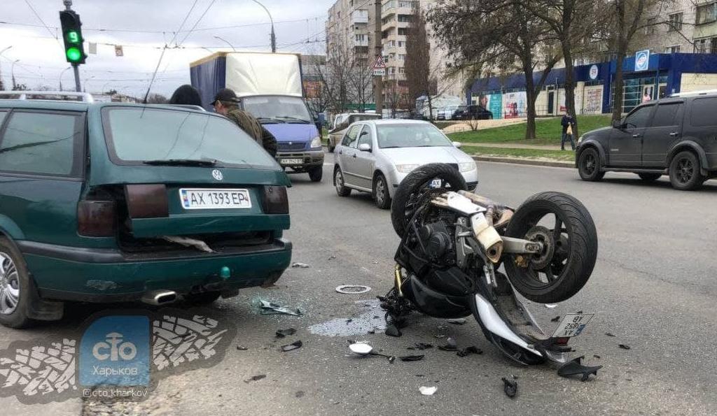 В Харькове мотоциклист влетел в легковушку: есть пострадавшие (фото)