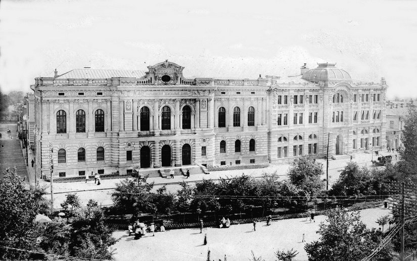 Николаевский сквер возле Земельного и Торгового банков, сейчас на его месте проезжая часть площади Конституции