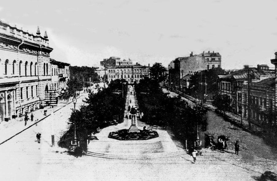 Как и дома №№ 7 и 8 по Театральной площади (сейчас площадь Поэзии) в дореволюционной нумерации (на фото два крайних в правой части). Сейчас на месте этиъ домов торговый центр