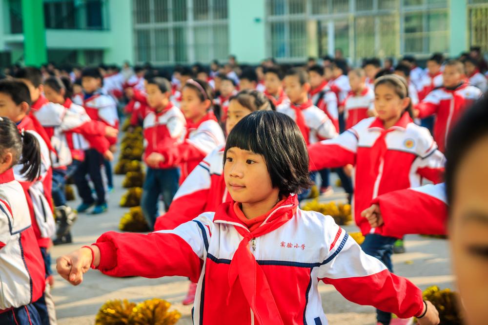 В Китае проводят испытания школьной формы со строенными чипами