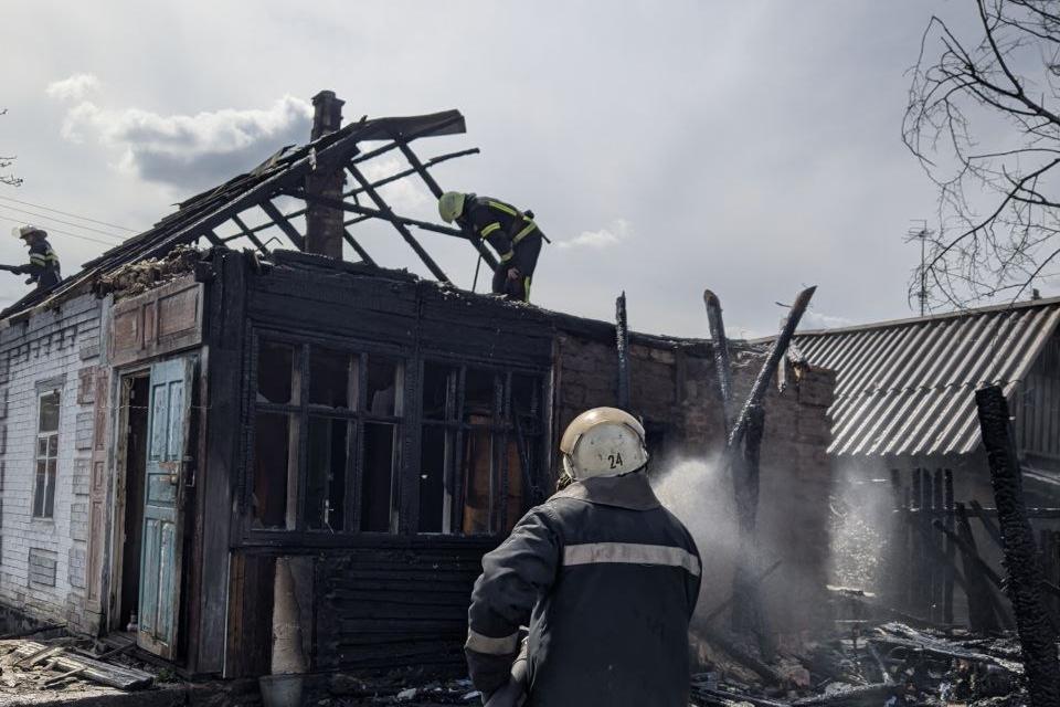 В Харьковской области из-за скутера загорелись сразу 2 двора (фото)