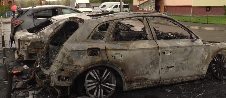 Подробиці нічної пожежі на Салтівці: вогонь перетворив авто на смолоскипи (відео)