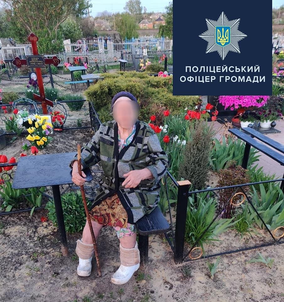 На Харьковщине на кладбище нашли женщину (фото)