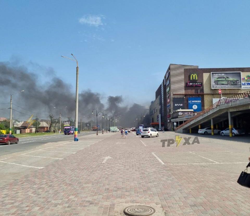 Возле известного торгового центра в Харькове случился пожар (видео)
